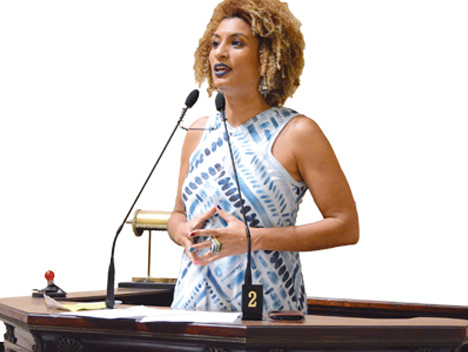 Vereadoras homenageiam Marielle Franco com placa na Tribuna